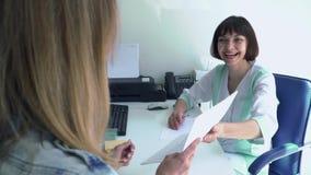 Gynekologen ger medicinsk avslutning till en ung kvinna lager videofilmer
