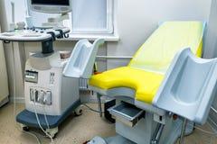 Gynekologiskt kabinett med medicinsk utrustning fotografering för bildbyråer