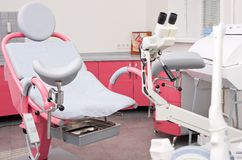 Gynekologiskt rum i kvinnlig klinik royaltyfria bilder
