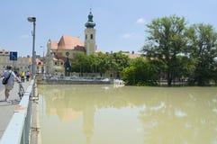 GYOR, HUNGARY/EUROPE - 8-ОЕ ИЮНЯ 2013: Carmelite церковь на затоплять реку Raba в Gyor, Венгрии стоковые фотографии rf
