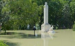 GYOR, HUNGARY/EUROPE - 8 DE JUNIO DE 2013: Monumento en Rado Island inundado Fotografía de archivo