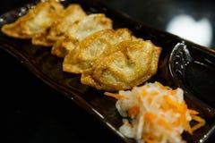 Gyoza που γεμίζεται με τη σάλτσα σόγιας - ιαπωνική κουζίνα Στοκ Εικόνες