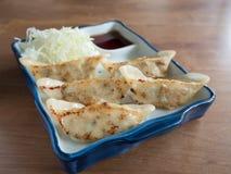 Gyoza: Japanische Mehlklöße füllten mit Hackfleisch und Gemüse Stockfotos