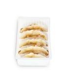 Gyoza japonês na caixa branca no fundo branco isolado Imagens de Stock Royalty Free