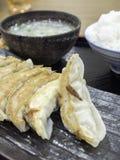 Gyoza mit Ei-Suppe und Reis Ein Mittagspause-gesetztes Menü Stockbild