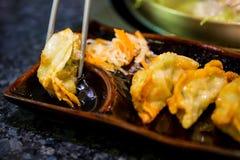 Gyoza op eetstokjes Eigengemaakte Aziatische Vegeterian Potstickers met sojasaus en varkensvlees Japanse Bollen met eetstokjes stock foto's