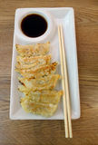 Gyoza su un piatto bianco Fotografia Stock