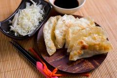 Gyozabollen op mini houten schotel, populair Japans voedsel Royalty-vrije Stock Afbeeldingen
