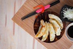 Gyozabollen op mini houten schotel, populair Japans voedsel Stock Foto