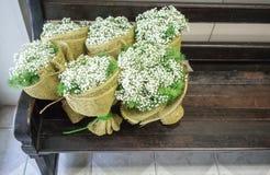Gypsophila- och gräsplansidabuketter som slås in med säckväv, plundrar royaltyfri fotografi