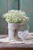 Gypsophiliapaniculata van de baby` s adem in grijze ceramische vaas royalty-vrije stock fotografie