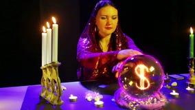 Gypsy kobieta w magicznym salonie zgadywa na kryszta?owej kuli i dolarowy znak pojawia? si? w nim zbiory wideo