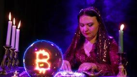 Gypsy w magichsky salonów cudach na biel kamieniach i bitcoin znaku pojawiać się w kryształowej kuli zbiory