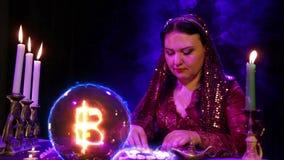 Gypsy w magichsky salonów cudach na biel kamieniach i nietoperza znaku pojawiać się w kryształowej kuli zbiory