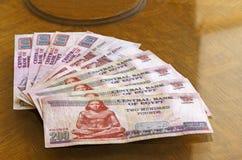 Gyptian martèle des billets de banque sur la table photos libres de droits