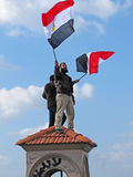 Ägyptische demostrators, die Markierungsfahnen wellenartig bewegen Lizenzfreies Stockfoto
