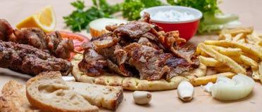 Gyros pita, Shawarma Tradycyjny grek, turecki mięsny jedzenie na pita chlebie i tzatziki, sztandar fotografia royalty free