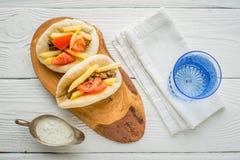 Gyros z grulami, mięsem, pita chlebem i pomidorem w sos łodzi, Zdjęcia Royalty Free