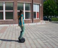 Gyroscooter или hoverboard езды ног женщины Стоковое Изображение RF