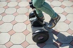 Gyroscooter или hoverboard катания старта ног женщины Стоковые Изображения