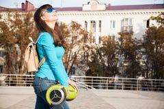 Gyroscooter, cierre para arriba, mochila, sonrisa Imágenes de archivo libres de regalías