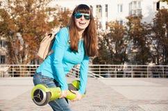 Gyroscooter, cierre para arriba, mochila, sonrisa Foto de archivo libre de regalías