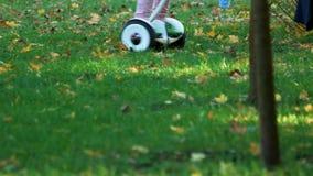 Gyroscooter di guida all'aperto sull'erba archivi video