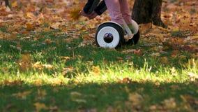 Gyroscooter di guida sull'erba video d archivio