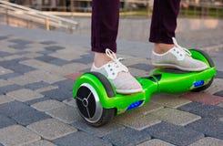 Gyroscooter, piernas, paseos, cierre para arriba Fotografía de archivo
