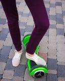 Gyroscooter, piernas, paseos, cierre para arriba Fotografía de archivo libre de regalías