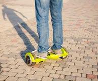 Gyroscooter, piernas, paseos, cierre para arriba Imagen de archivo libre de regalías