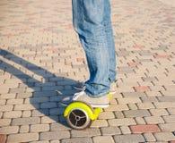 Gyroscooter, piernas, paseos, cierre para arriba Imagen de archivo