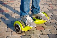 Gyroscooter, piernas, paseos, cierre para arriba Foto de archivo