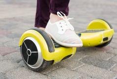 Gyroscooter, piernas, paseos, cierre para arriba Imágenes de archivo libres de regalías