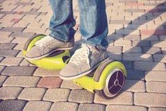 Gyroscooter, piernas, paseos, cierre para arriba Foto de archivo libre de regalías
