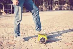 Gyroscooter, piernas, paseos, cierre para arriba Fotos de archivo
