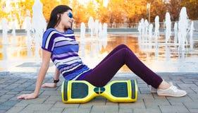 Gyroscooter, volledige hoogte, zitting, glimlach Stock Foto