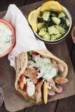 Gyroscopen, Griekse pitabroodje verpakte sandwich royalty-vrije stock foto's