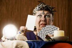 Gyspy com o cartão de tarot em branco e a esfera de cristal Imagens de Stock