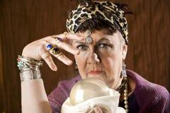 Gyspy com uma esfera de cristal Fotografia de Stock