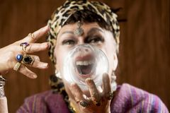 Gyspy mit einer Kristallkugel Lizenzfreie Stockbilder