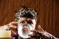 Gyspy visto em uma esfera de cristal Fotografia de Stock Royalty Free