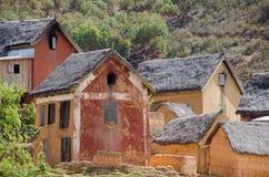 Gyttja- och tegelstenhus i en by förutom Antananarivo   royaltyfria bilder