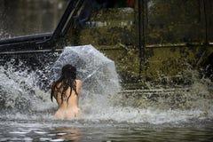 Gyttja- och vattenfärgstänk i av springa för väg Spår på ett lerigt fält Gyttja- och vattenfärgstänk, i av-väg att springa _ royaltyfri fotografi