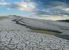 Gyttjavulkan som får utbrott med smuts, vulcanii Noroiosi i Buzau, Rumänien Royaltyfria Bilder