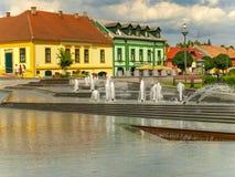 Gyula, Ungheria - pedoni che passano dalle fontane dentro in città Immagini Stock
