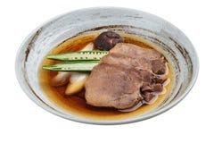 Gyutan fluida aislada del tounge de la carne de vaca servida con el shiitake, la cebolleta japonesa y chiles con la sopa en placa Fotografía de archivo libre de regalías