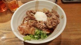 Gyuudon med det rå ägget, japansk mat royaltyfria bilder