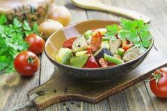 Gyuvech den bulgariska nationella maträtten Fotografering för Bildbyråer