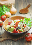 Gyuvech den bulgariska nationella maträtten Arkivfoto